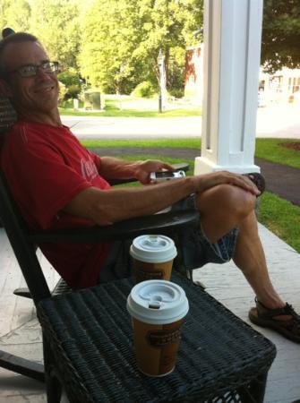 جرافتون إن: late afternoon tea & coffee on the porch 
