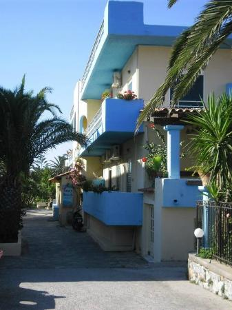 Sandy Beach Hotel: Front of hotel