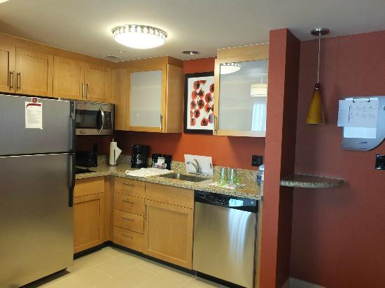 Residence Inn Calgary Airport: Kitchen in suite