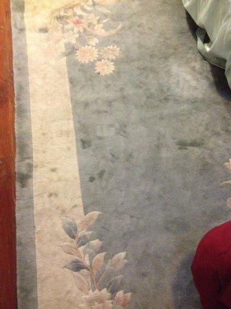 Inn on Bellevue: Dirty rug