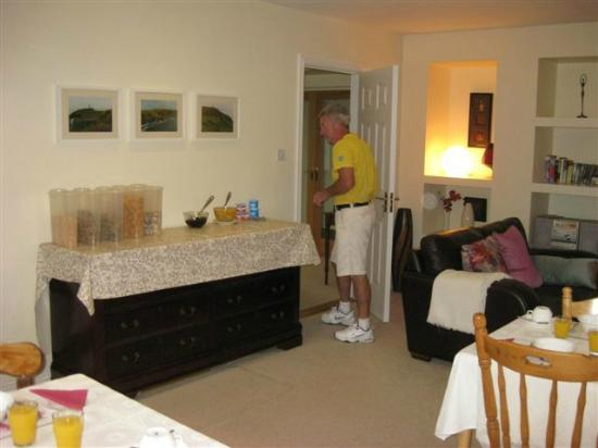 Landfall House Bed and Breakfast: Donie in breakfast room