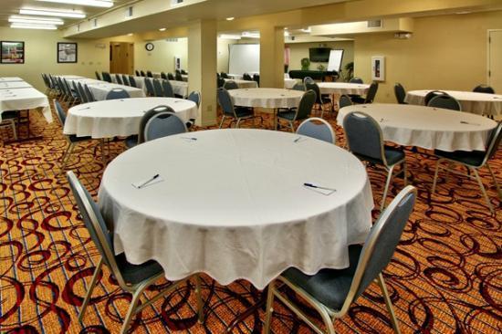 MCM Elegante Suites: Banquet Room
