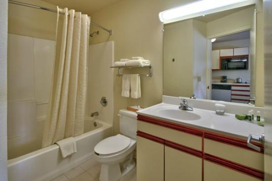 MCM Elegante Suites: Bathroom