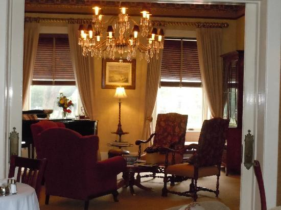Foley House Inn: Parlor to relax and enjoy a glass of port