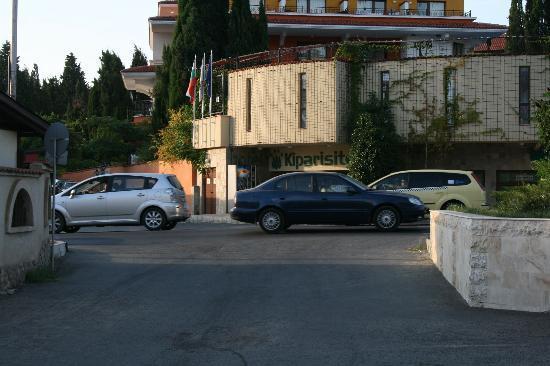 Kiparisite Hotel: duży ruch mimo późnych godzin popołudniowych, pędzące auta