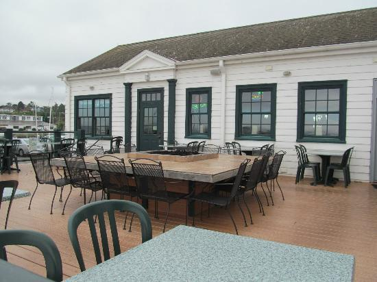Doc's Marina Grill: The fire pit in the outside seating area.  Very COOL!