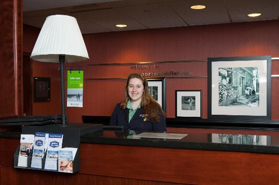 Hampton Inn & Suites Newport/Middletown: Front Desk