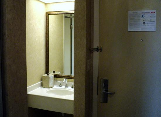 BEST WESTERN Coral Hills: Wetbar area by bathroom