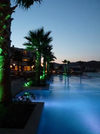 Xanadu Island: Main pool eve in the evening