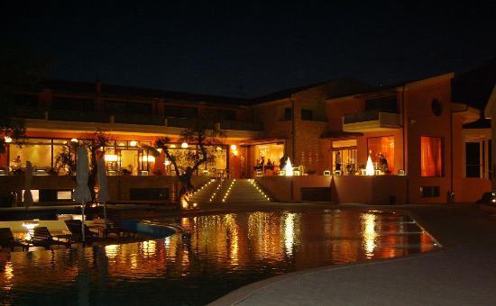 โรงแรมอเล็กซานดร้า โกลเด้นบูติค: Pool and bar area at night
