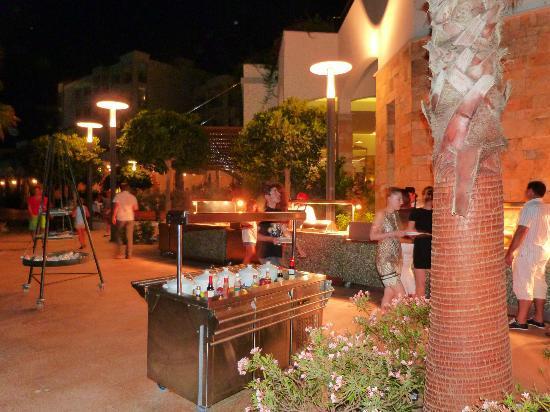 Xanadu Island: Outdoor food area - always gorgeous, always varied