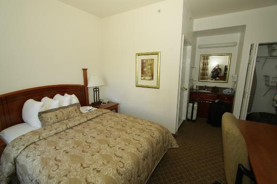 Staybridge Suites Philadelphia - Mt Laurel: kingbed