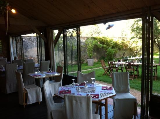 Cluny, Γαλλία: veranda et jardin