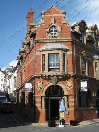 Castle Hotel: The entrance to the hotel and pub