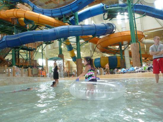 Great Wolf Lodge: view of the slides from the wave pool
