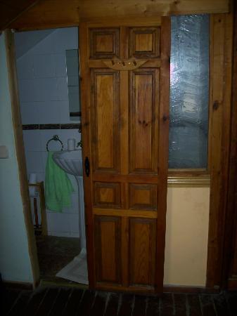 Los Castanos: Puerta corredera (rota) del baño