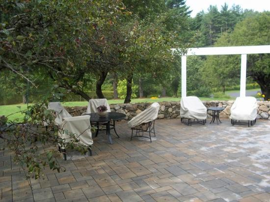 Inn at Pleasant Lake : Patio - in the rain