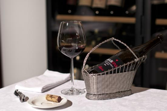 Aton Hotel: Wine Service Reastaurant