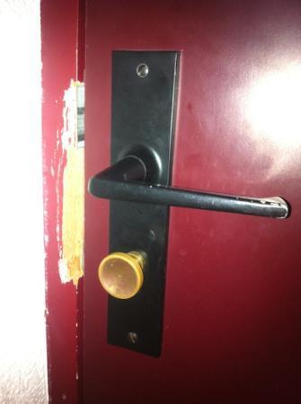 Hotel Crocus : porte défonce, mais jamais remplacé. bonjours la sécurité!