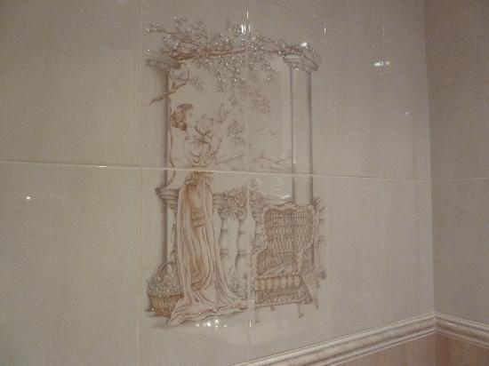 Hotel Plaza Inn: Decoración azulejos baño