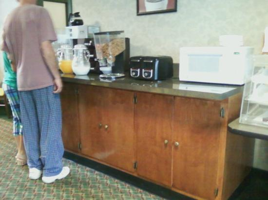 Gateway Inn: Filthy common breakfast area
