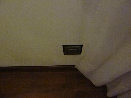 Hotel Plaza Inn: otro enchufe. Camara de fotos, móvil, portatil todos eso lleva batería que necesitan cargarse.