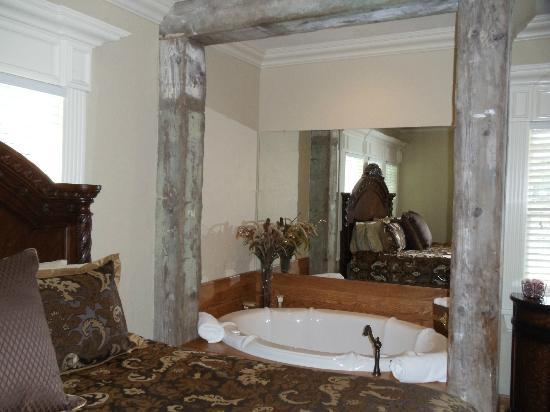 The Branson House: The Honeymoon room...2 person jetted tub, wet bar and wine cooler.