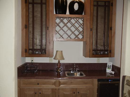 The Branson House: wine cooler and wet bar in Honeymoon room.