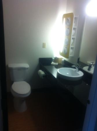 Motel 6 Pittsburgh Airport: bathroom 1