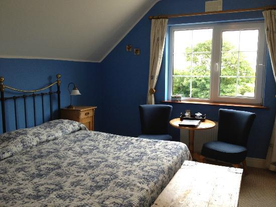 Drumcreehy Country House: King sized bed with view of sea