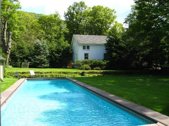 Roxbury Village Inn: heated pool with mountain view