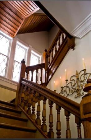 Roxbury Village Inn: Entry staircase