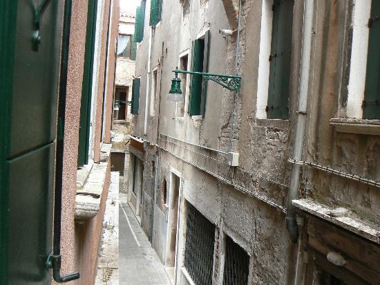 Hotel Ariel Silva: Расстояние до дома напротив чуть более 1 метра