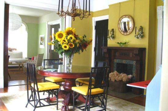 Roxbury Village Inn: View of diningroom with fresh cut local sunflowers