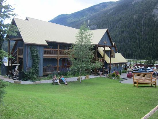 Truffle Pigs Lodge: Kicking horse Lodge - front view