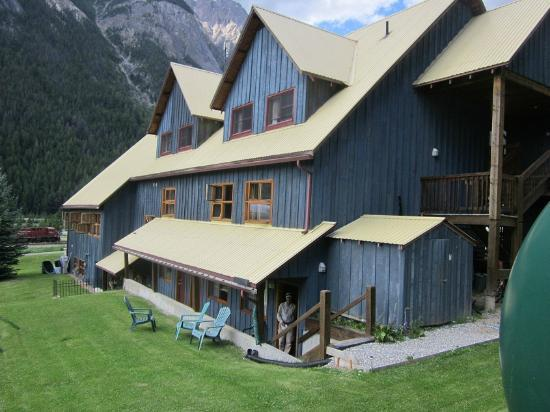 Truffle Pigs Lodge: Kicking Horse Lodge - Rear