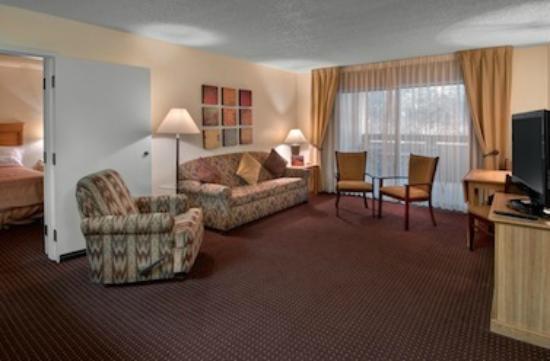 Days Inn & Suites Scottsdale North: Suite living room