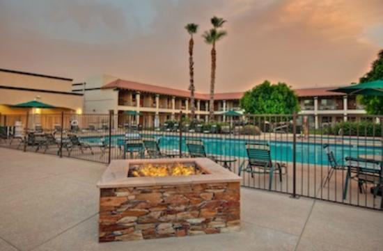 Days Inn & Suites Scottsdale North: Fire Pit near pool