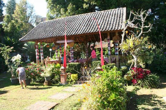 Karangsari Guest House : Restaurant au centre du jardin