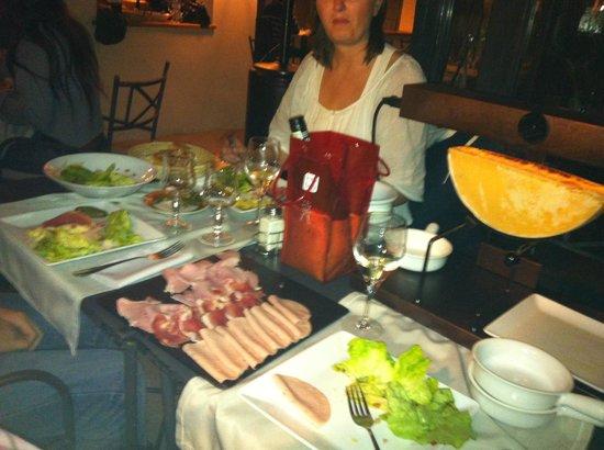 La Ribaudiere: Une vraie fondue savoyarde à TANA !!