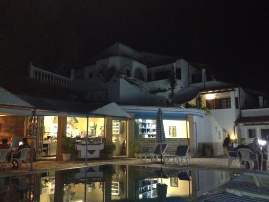 Oniro Villas: blick vom pool aufs hotel