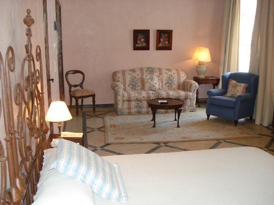 Hotel Palacio Marques de la Gomera: Habitacion con fresco pintado en el techo.