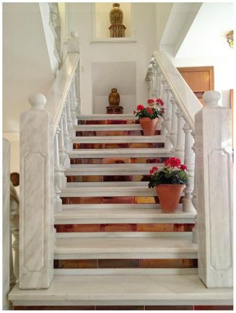 Los Omeyas Hotel : Escalera para subir a la primera planta del Hotel
