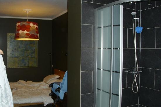 Downtown-BXL: camera con doccia aperta
