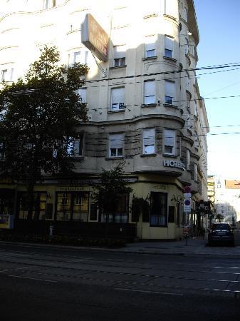 Hotel Erzherzog Rainer: Vue de l'hôtel depuis wiedner hauptstrasse