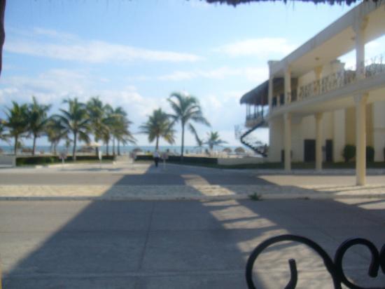 Arenas del Mar: vista del lobby, se ve el puente de acceso a la playa..