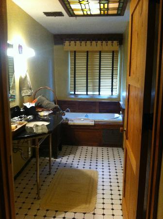 El Portal Sedona Hotel: Bathroom - Full shower and toilet to right (not shown)