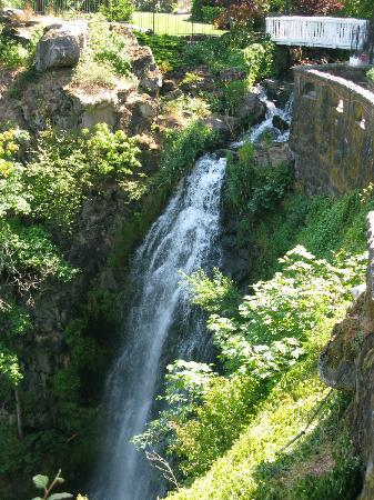 Columbia Gorge Hotel: The falls on the grounds
