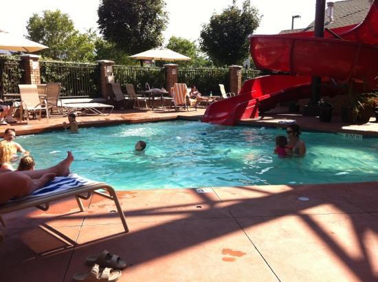 Fairfield Inn & Suites Kelowna : pool