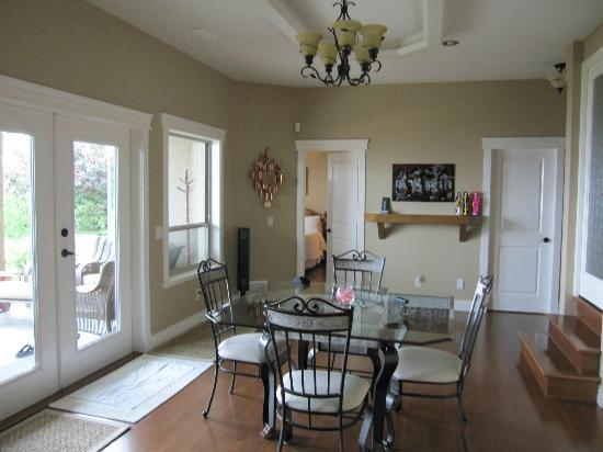 Bella Luna bed and breakfast: Common Dining Area